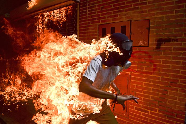 006 world press photo of the year nominee ronaldo schemidt  agence france presse